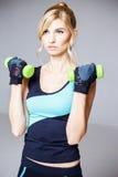 体育样式的美丽的白肤金发的少妇 免版税库存图片
