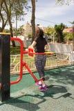体育模拟器训练的妇女 免版税库存图片