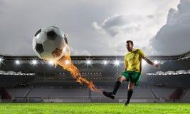 体育比赛场所的足球运动员 混合画法 免版税图库摄影