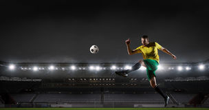 体育比赛场所的足球运动员 混合画法 库存照片