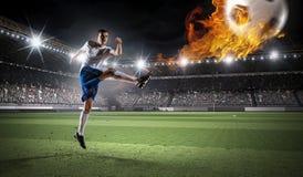 体育比赛场所的足球运动员 混合画法 免版税库存照片