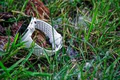 体育注意在地面上的连续白色在草 健身注意跟踪的每日活动和力量训练 图库摄影