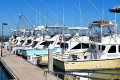 体育渔船被停泊在小游艇船坞 库存照片