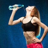 体育演播室 关闭 妇女饮料水 半高度 免版税库存照片