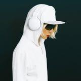 体育白色衣物的肉欲的金发碧眼的女人DJ 免版税库存图片
