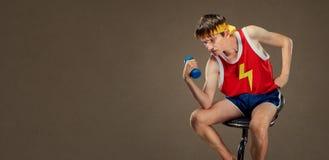 体育的一个稀薄的滑稽的人在希腊人的姿势稀薄穿衣 库存照片