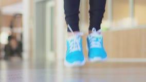 体育的一名妇女跳绳索里面在健身房 股票录像