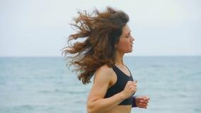 体育的俏丽的深色的女孩适合跑步户外,居住的活跃健康生活 股票录像