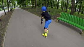 体育直排轮式溜冰鞋爱好快速的轴向滑冰的速度 影视素材