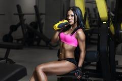 体育穿戴的健身妇女与在健身房的完善的性感的健身身体 库存图片