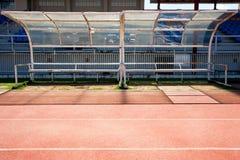 体育职员的空的塑料椅子正面看台体育场的 免版税库存图片