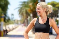 体育胸罩和耳机的活跃健身妇女 免版税库存照片