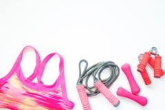 体育胸罩和运动器材平的位置在桃红色颜色,健康生活方式概念 免版税库存照片