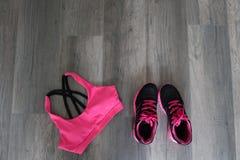 体育胸罩和鞋子 免版税库存图片