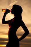 体育胸罩饮料的剪影妇女 免版税图库摄影