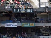 体育节目广播员叫从Xtra 860am收音机摊的比赛在棒球 免版税库存照片