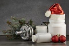 体育营养和圣诞装饰 免版税图库摄影