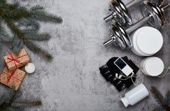 体育营养和圣诞装饰 免版税库存照片