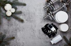 体育营养和圣诞装饰 库存图片