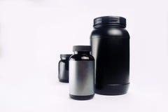体育营养、乳清蛋白和获得者 黑塑料刺激iso 免版税库存照片