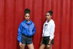 体育衣裳的两名妇女 库存照片