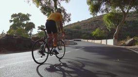 体育路自行车的一个人在山的路被找出的上流乘坐 在慢动作 影视素材