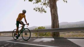 体育路自行车的一个人在山的路被找出的上流乘坐 在慢动作 股票视频