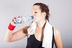 体育运动。 妇女饮用水 免版税库存图片