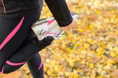 体育运动和舒展行程概念 免版税库存图片