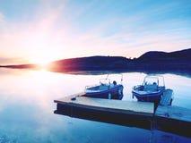 体育运动垂钓的汽艇被栓对木浮船坞 在海湾口岸的渔船, 免版税库存照片