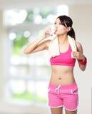 体育运动女孩饮用水 免版税库存照片