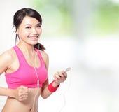 体育运动妇女听音乐 免版税图库摄影