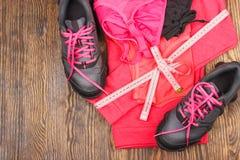 体育运动鞋和体育胸罩 库存照片