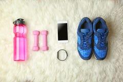 体育运动鞋和设备顶视图  库存图片