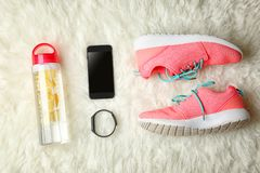 体育运动鞋和设备顶视图  免版税库存照片