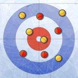 体育运动 在冰的卷曲的石头 卷曲的议院 卷曲的体育比赛的操场 红色和黄色石头 构造蓝色冰 免版税库存照片