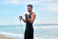 体育运动 行使在海滩的人画象在室外锻炼期间 图库摄影