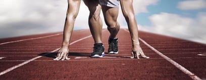 体育运动 起动线的未知的年轻赛跑者 水平 免版税库存照片