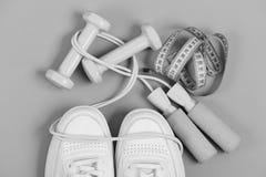 体育鞋子和设备健康形状的 有跨越横线和磁带的运动鞋在绿色背景 库存照片