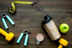 体育饮食用蛋白质在木背景顶视图嘲笑的营养和健身设备 库存图片