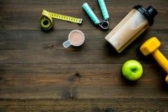 体育饮食用蛋白质在木背景顶视图嘲笑的营养和健身设备 库存照片