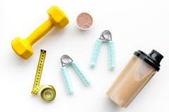 体育饮食用蛋白质在白色背景顶视图嘲笑的营养和健身设备 库存图片