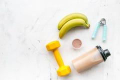 体育饮食用蛋白质在白色背景顶视图嘲笑的营养和健身设备 免版税库存照片