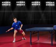 体育馆的乒乓球球员 免版税库存图片