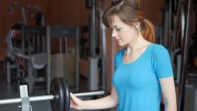 体育馆 女孩在健身房训练 把薄煎饼放在酒吧的酒吧上 影视素材