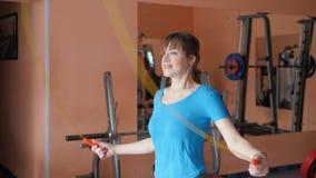 体育馆 女孩在健身房训练 股票录像