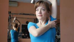 体育馆 女孩在健身房训练 股票视频