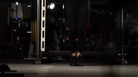 体育,活动 有跨越横线的逗人喜爱的妇女 肌肉妇女黑色背景 股票录像
