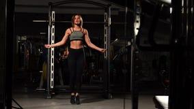 体育,活动 有跨越横线的逗人喜爱的妇女 肌肉妇女黑色背景 影视素材