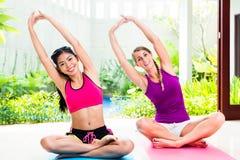 体育锻炼的妇女朋友 免版税库存照片
